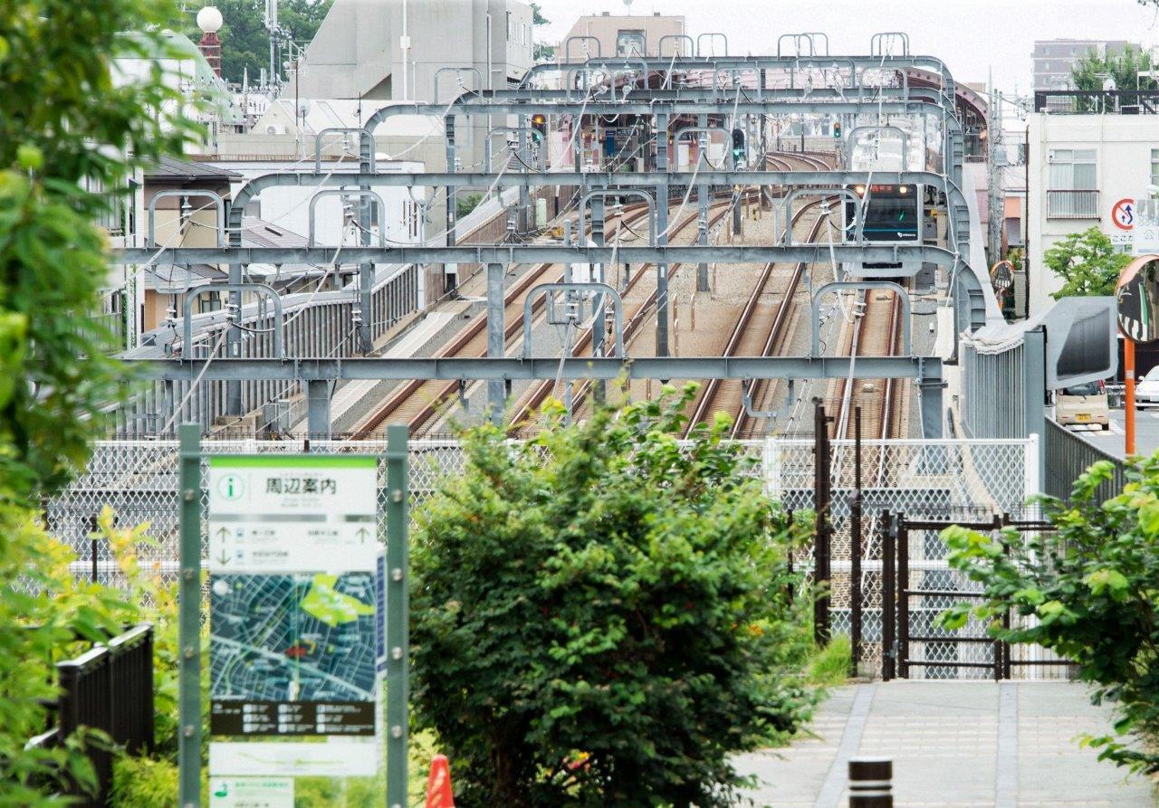 世田谷代田駅の西、地下区間の入口にできた356(みごろ)広場からの景色写真