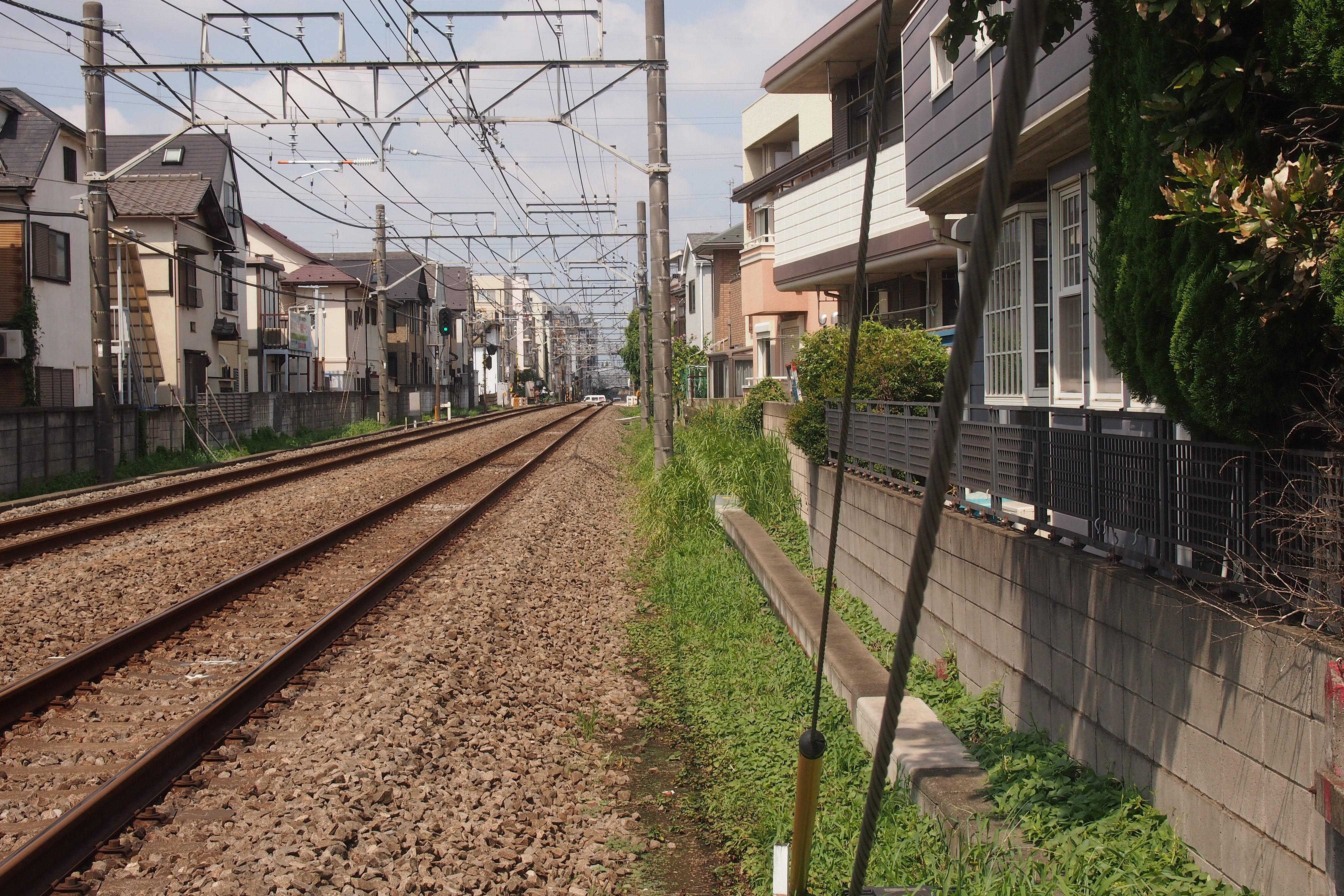 線路際まで住宅が建ち並ぶ西武新宿線。立ち退きの不安が広がる